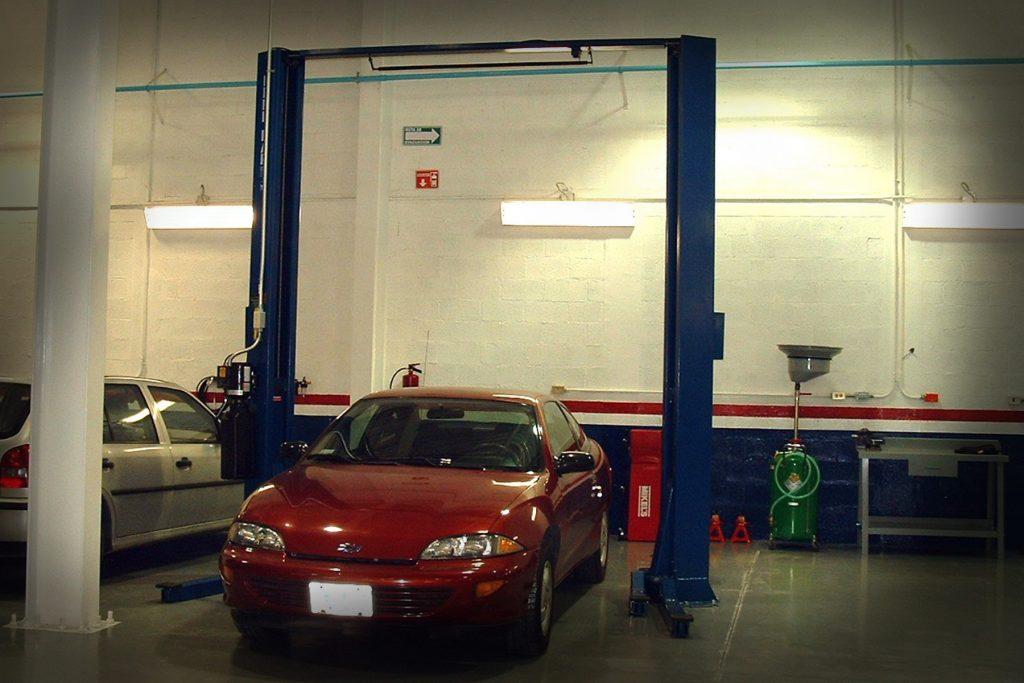 elevador con auto rojo